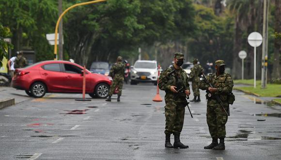 Soldados custodian una calle en Cali, Colombia un día después de una protesta contra un proyecto de ley de reforma tributaria presentado por el presidente Iván Duque. (Foto: Luis ROBAYO / AFP)