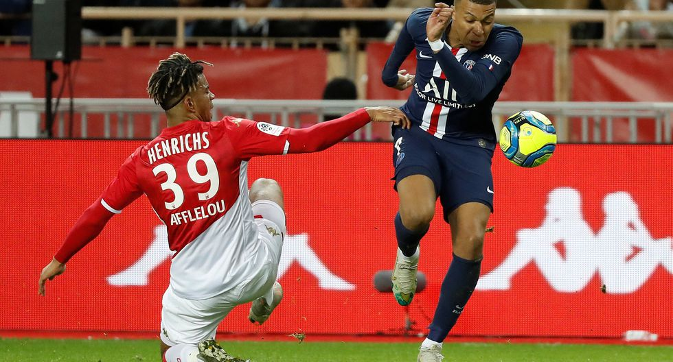Soccer Football - Ligue 1 - AS Monaco vs Paris St Germain - Stade Louis II, Monaco - January 15, 2020   AS Monaco's Benjamin Henrichs in action with Paris St Germain's Kylian Mbappe       REUTERS/Eric Gaillard