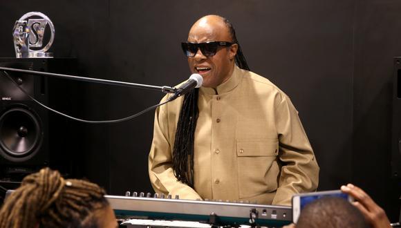 Stevie Wonder le brinda el último adiós a su gran amiga y colega (Foto: AFP)