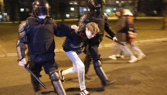Imagen de la policía deteniendo a una manifestante en San Petersburgo. (Foto: AP)