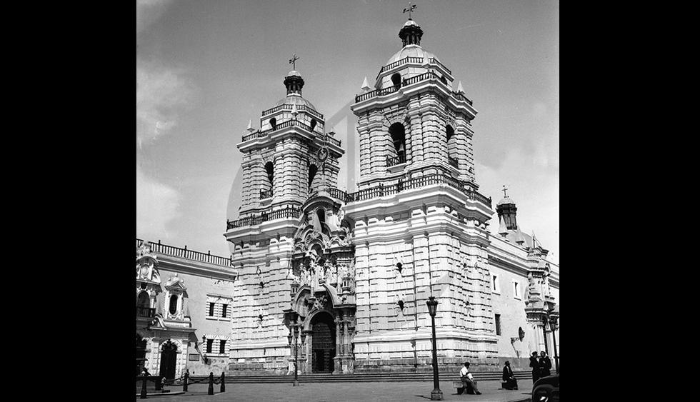 El convento de San Francisco es una joya arquitectónica, en cuya fachada el barroquismo colonial ha dejado una de sus expresiones más logradas. Postal de 1961. (Archivo Histórico El Comercio)