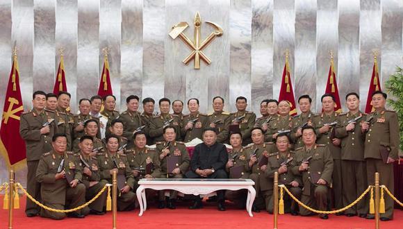 Kim Jong-un regaló pistolas a los altos mandos de su Ejército, en el 67 aniversario del final de la guerra de las dos Coreas. (Foto: EFE).
