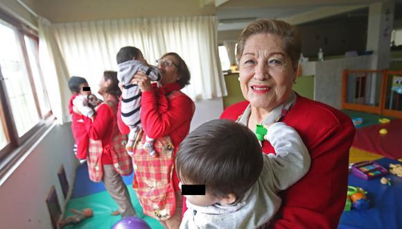 Rebeca Tévez (derecha) visita el puericultorio desde 1999. Formó parte del grupo fundador del voluntariado. En la foto la acompañan Lucy Guzmán y Julia Ipenza (Foto: Dante Piaggio).