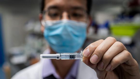 En esta imagen del 29 de abril de 2020, un ingeniero muestra una vacuna experimental para el coronavirus COVID-19 que se probó en el Laboratorio de Control de Calidad en las instalaciones de Sinovac Biotech en Beijing, China. (Foto por NICOLAS ASFOURI / AFP).