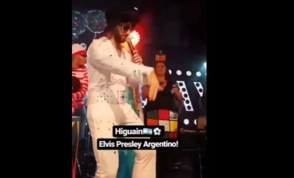 Gonzalo Higuaín sorprendió al acudir disfrazado de Elvis Presley al cumpleaños de su compañero en el Chelsea, David Luiz. (Video: Twitter @FutbolBritanico)