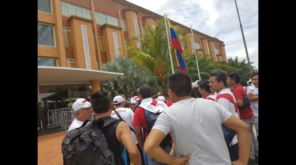 Hinchas peruanos se reunieron fuera del hotel de la selección - 4