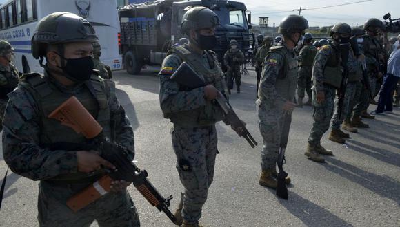 Soldados montan guardia afuera de la prisión en Guayaquil, Ecuador, el 24 de febrero de 2021, luego de un motín. (Foto de José Sánchez Lindao / AFP).