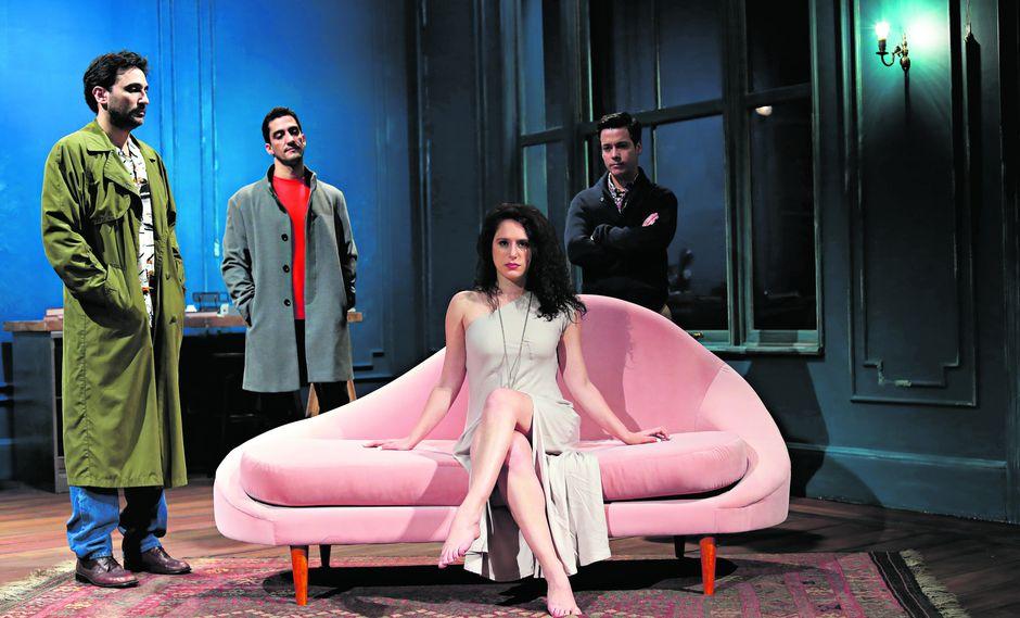 Hedda (Gisela Ponce de León) es el objeto del deseo de Eli (César Ritter), Toby (Eduardo Camino) y George (Juan Carlos Pastor). (Foto: Aleesandro Currarino)