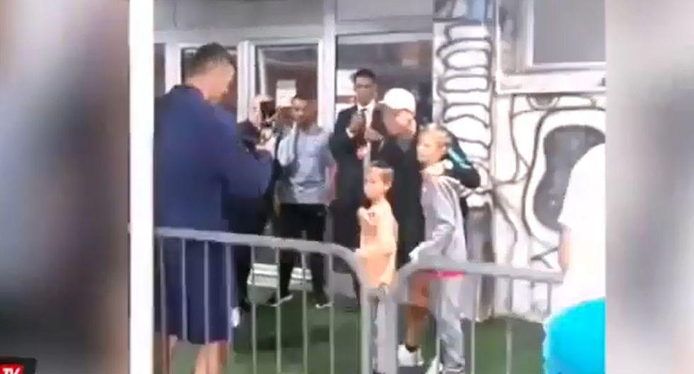 El gesto de Cristiano Ronaldo con los hijos de Matic. (Captura y video: YouTube)