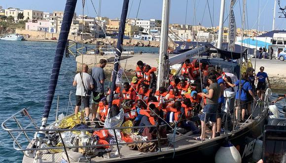 La ONG Mediterranea había denunciado que en el barco se vivía una situación insostenible, dada la falta de aseos para tantos rescatados pues el velero tiene capacidad para 18 personas. (AP)