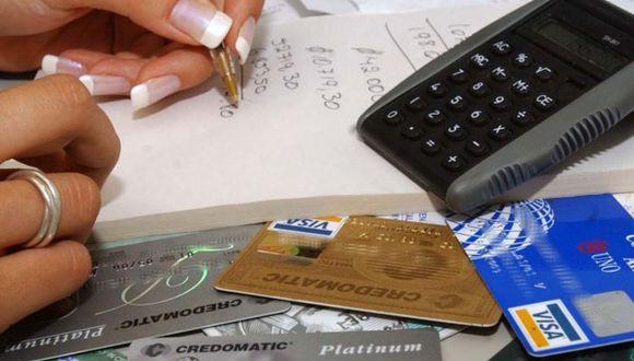 La SBS prepublicó la obligatoriedad para que los bancos ofrezcan, por lo menos, una tarjeta de crédito sin membresía. (Foto: Archivo El Comercio)