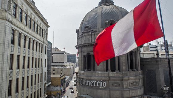Una bandera peruana flamea frente al edificio de El Comercio. (Foto: ERNESTO BENAVIDES / AFP)
