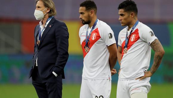 AMDEP6596. BRASILIA (BRASIL), 09/07/2021.- El entrenador de Perú Ricardo Gareca (i) tras recibir la medalla por el cuarto puesto, al finalizar el partido por el tercer puesto de la Copa América entre Colombia y Perú en el estadio Mané Garrincha en Brasilia (Brasil). EFE/Joedson Alves