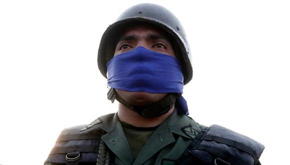 Los militares que apoyan a Juan Guaidó se identifican con la banda de color azul. Foto: EPA, vía BBC Mundo