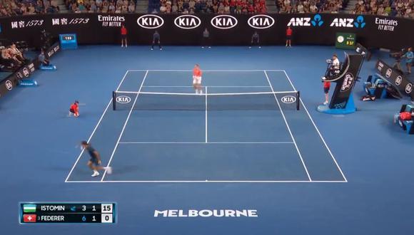 Roger Federer fue autor de una majestuosa jugada en su cotejo ante Denis Istomin por la primera ronda del Australia Open (Foto: captura de pantalla)