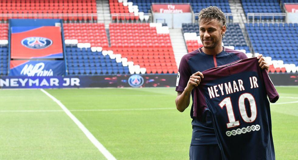 En el último mercado de transferencias el Paris Saint Germain pagó 222 millones de euros al club español Barcelona para contratar a Neymar. (AFP)