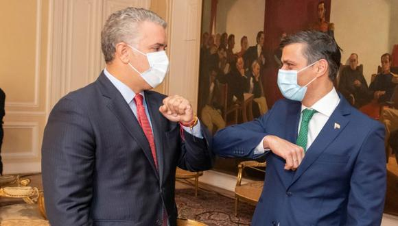 El presidente de Colombia, Iván Duque, y la figura de la oposición venezolana, Leopoldo López, se saludan con un codazo durante una reunión en Bogotá, Colombia. (Foto: Presidencia de Colombia / Folleto a través de REUTERS).