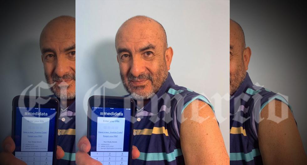 En esta foto, exclusiva para El Comercio, el doctor Elmer Huerta, muestra la app que usa para registrar su estado de salud y la zona del hombro en donde recibió la dosis como parte del ensayo en el que participa. No sabe si recibió el proyecto de vacuna o el placebo. (Foto: Patricia Huerta)