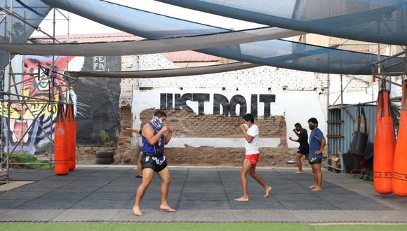 De la mano de Víctor Ccanto se inició la práctica de muay thai, quien llegó con toda la selección nacional de este deporte para dar clases gratuitas en la placita de Alto Perú. Matías Ballón es el actual director del proyecto. (Foto: Difusión)