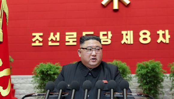 """Kim Jong-un dijo que propondrá nuevas """"políticas tácticas y estratégicas"""" para lograr """"la reunificación nacional y promover las relaciones exteriores"""", aunque no precisó más detalles a este respecto. (Foto: STR / KCNA VIA KNS / AFP)."""