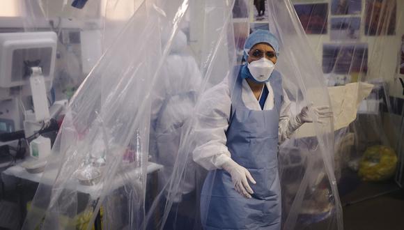 Médicos atiendes pacientes con COVID-19 en un hospital de París. (Foto: LUCAS BARIOULET / AFP)