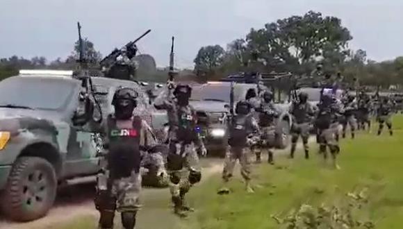 México: Cártel Jalisco Nueva Generación muestra poderoso comando paramilitar equipado con vehículos blindados y armas de guerra. (Captura de video).