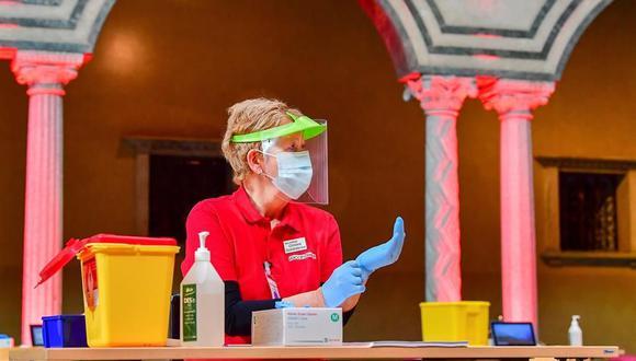 Personal de enfermería se prepara para una jornada de vacunación masiva contra el coronavirus Covid-19 en el Salón Azul del Ayuntamiento de Estocolmo, Suecia, el 21 de febrero de 2021. (EFE / EPA / Jonas Ekströmer).