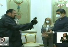 El actor Steven Seagal regala un sable samurái a Maduro