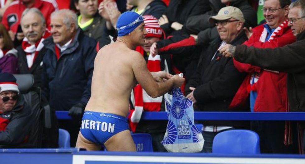 Hincha de Everton en ropa de baño colecta dinero en estadios - 1