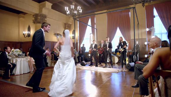 """YouTube: Maroon 5 irrumpe en boda de fans en el video """"Sugar"""""""
