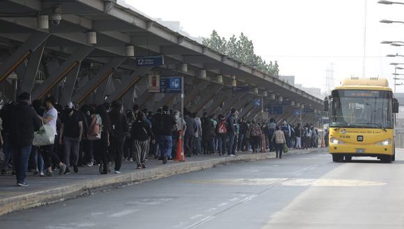 Largas filas de personas se reporta en la estación Naranjal del Metropolitano. (Foto: Anthony Niño de Guzmán/ @photo.gec)