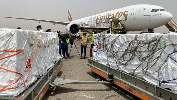 El primer lote de vacunas Oxford / AstraZeneca contra el coronavirus (COVID-19) llega al aeropuerto internacional de Abuja, Nigeria, el 2 de marzo de 2021. (REUTERS/Abraham Archiga).