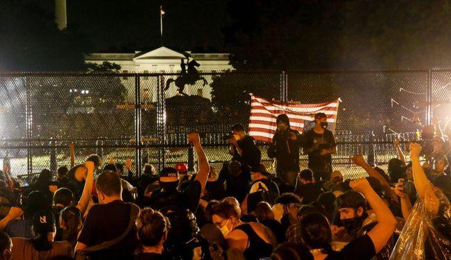 Los manifestantes se reúnen detrás de una cerca durante una protesta contra la muerte de George Floyd en el Parque Lafayette frente a la Casa Blanca, en Washington. (Foto: REUTERS / Jim Bourg).