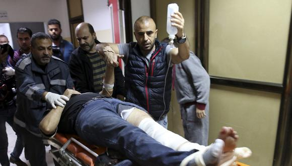 Rashed Rashid, de 47 años, recibió un disparo en la pierna durante una protesta semanal junto a la frontera con Israel. Los médicos señalaron que sufrió múltiples fracturas por encima del tobillo y requeriría cirugía. (AP)