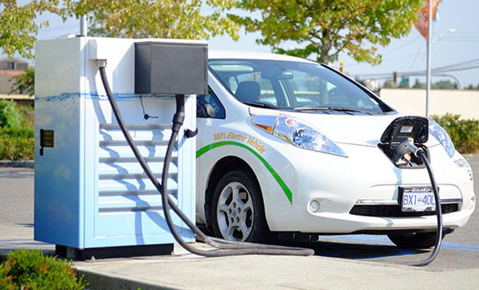 Los autos eléctricos se presentan como un atractivo medio de transporte que no daña al medio ambiente. (Foto: Wikimedia Commons).