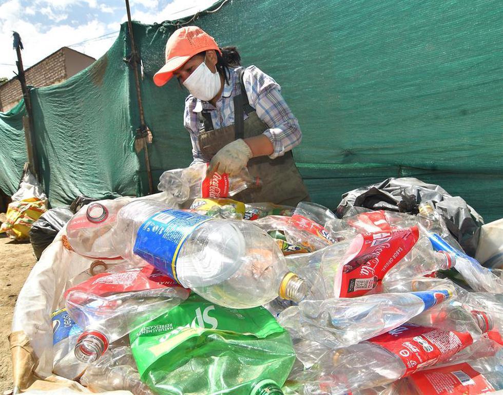 Un grupo de 111 personas, la mayoría mujeres junto a 24 varones, se dedica en Cochabamba a buscar en las basuras que los vecinos dejan en la calle cualquier cosa reutilizable, desde botellas de plástico a piezas de autos y electrodomésticos, que seleccionan para luego vender a distintas empresas. (Foto: EFE/Jorge Ábrego)