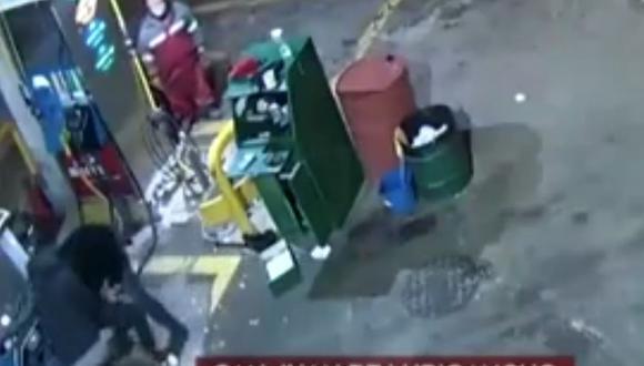 El intervenido fue identificado como Luis Ángel Alfaro de 20 años, y se le halló 8 cartuchos calibre 38 y seis municiones. (Foto: captura América Noticias)