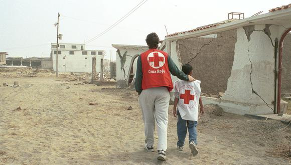 Voluntario de la CRP consuela a uno de los damnificados del terremoto de Pisco del 2007. (Foto: CRP)