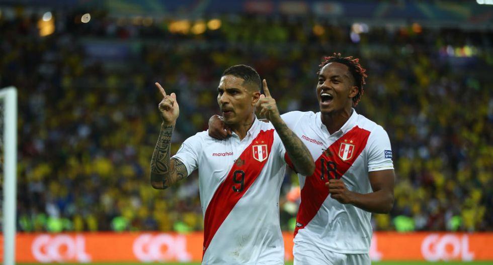 Paolo Guerrero celebra el gol del empate frente a Brasil, lo acompaña André Carrillo. (Foto: Daniel Apuy)