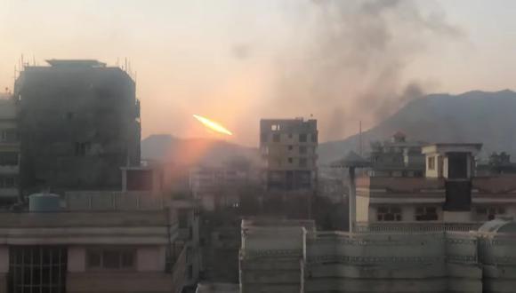 Imagen obtenida de las redes sociales en la que se ve uno de los proyectiles que fueron lanzados en Kabul. (Samiulla Hameed/via REUTERS)