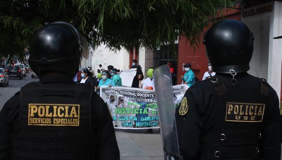 Piura: personal de salud protesta a las afueras de la Corte Superior de Justicia. (Foto: referencial GEC)