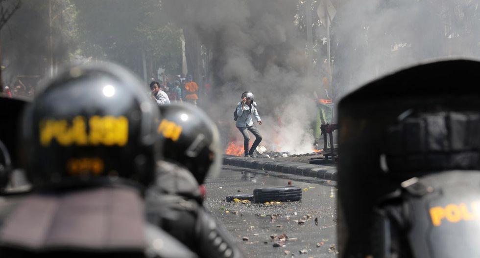 La policía utilizó gases lacrimógenos contra un reducto de opositores que se negaron a dispersarse tras finalizar la protesta, y quienes contraatacaron lazando piedras y bombas molotov. (Foto: EFE)