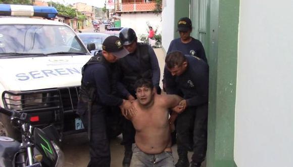 Un video difundido en Tarapoto muestra a Córdova Tapullima, quien se desempeñaba como mototaxista, ingresando con vida a la dependencia policial. (Captura de video)