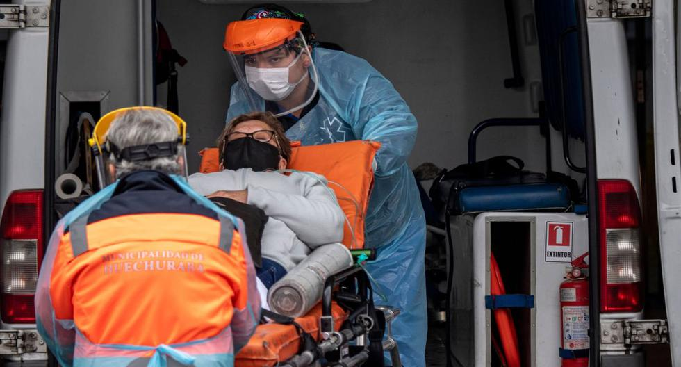 Los trabajadores de la salud llevan a un paciente con síntomas del nuevo coronavirus COVID-19 desde una ambulancia a un hospital después de su ingreso, en Santiago, el 20 de mayo de 2020. (AFP / MARTIN BERNETTI).