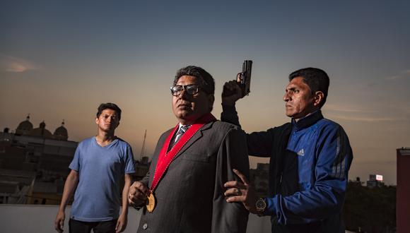 El fiscal Bardales –representación cinematográfica del fiscal Rabanal y otros que han luchado contra el crimen– es flanqueado por Franco Guevara (Pato) y Héctor Paredes (Huayhuash). Tres actores amateurs que han mostrado gran solvencia frente a cámaras. (Foto: Findel Carrillo)
