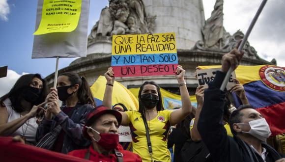 Miembros de la comunidad colombiana en París participan en una manifestación en apoyo a las protestas de la oposición en Colombia, en la Place de la Republique en París, Francia. (Foto: EFE / EPA / IAN LANGSDON).