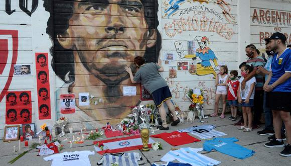 Fans gather to mourn the death of soccer legend Diego Armando Maradona, outside the Diego Armando Maradona stadium, in Buenos Aires, Argentina November 25, 2020.  REUTERS/Magali Druscovich
