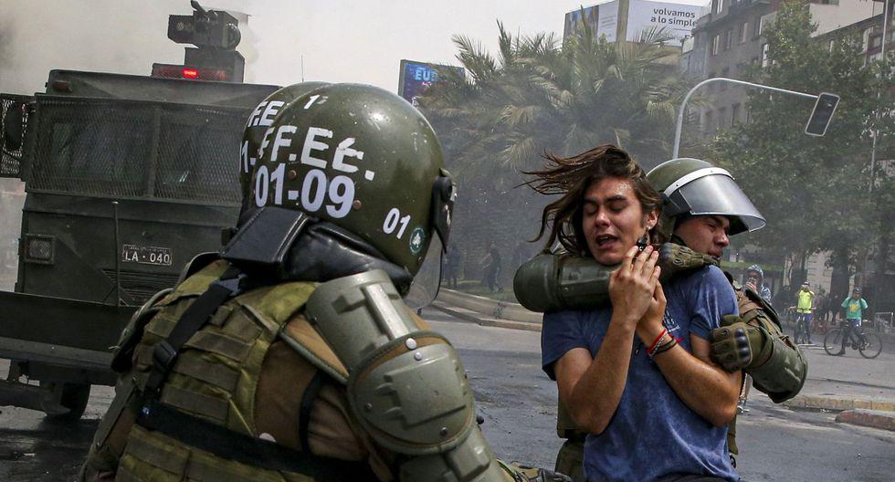 Carabineros detienen a un manifestante en Santiago de Chile. (AP Photo/Esteban Felix).