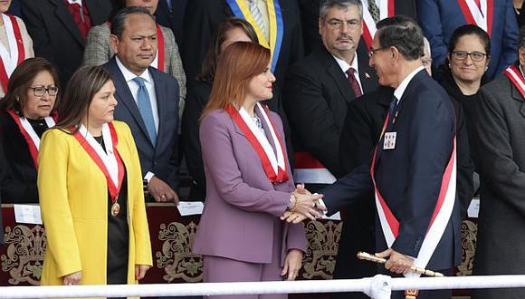 La vicepresidenta Mercedes Araoz y el presidente Martín Vizcarra se saludan durante el desfile militar. (Foto: Alonso Chero / GEC)