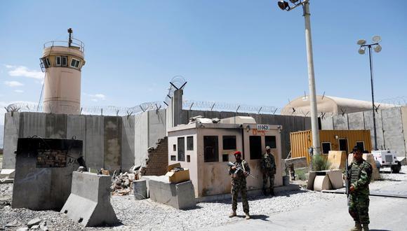Soldados afganos montan guardia en la puerta de la base aérea estadounidense de Bagram, el día en que las últimas tropas estadounidenses la abandonaron, provincia de Parwan, Afganistán, 2 de julio de 2021. (REUTERS / Mohammad Ismail).